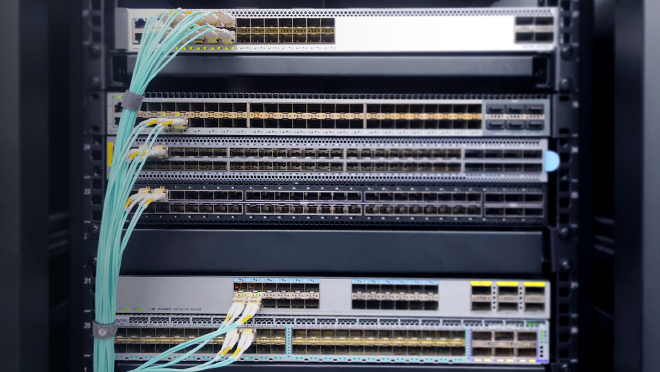 Transceiver fibra conecta a switch a través de cable fibra