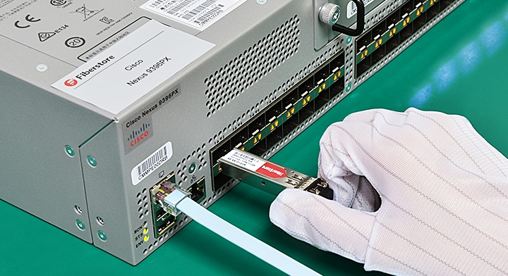 A good example of installing the optical transceiver into the switch or fiber optic troubleshooting